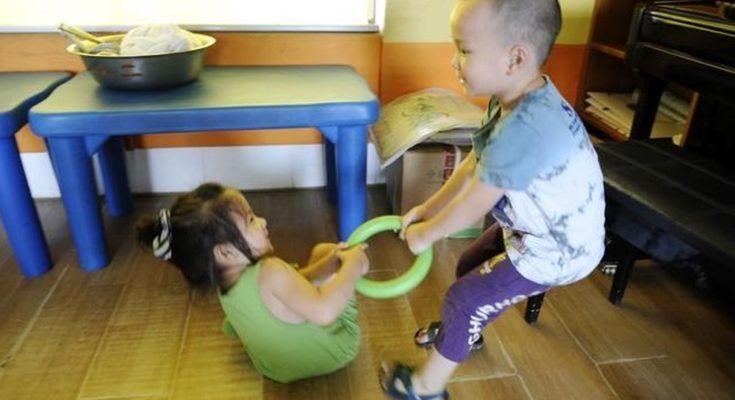 Trẻ giành đồ chơi của nhau, ba mẹ nên làm gì trong trường hợp này?